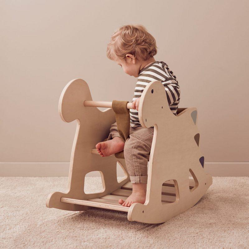 Kid's Concept - Rocking horse Dino wood NEO - https://www.babyenpeuterkleding.com